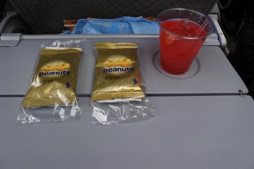 はじめてのシンガポール航空で出発。今回は、エコノミー。シンガポールスリングとナッツから。