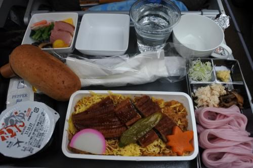 機内食は和食。素麺が紫いもカラーで驚いだけれど、お味は普通で安心。