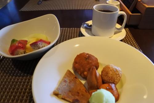 朝食は朝食レストランもクラブラウンジも利用できるプラン。1日目はとりあえず朝食ビュッフェをのぞいてみる。
