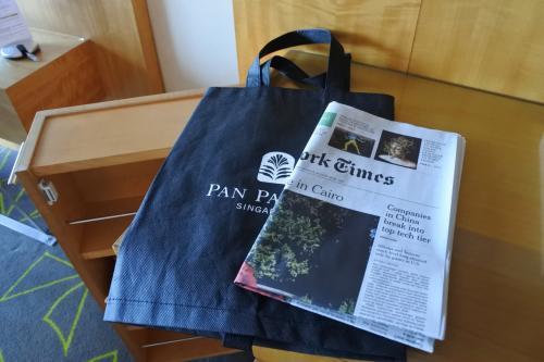 朝、部屋の外に不織布バックに入った新聞が届けられていた。1日目は英字新聞だったが、2日目以降は日本の新聞だった。