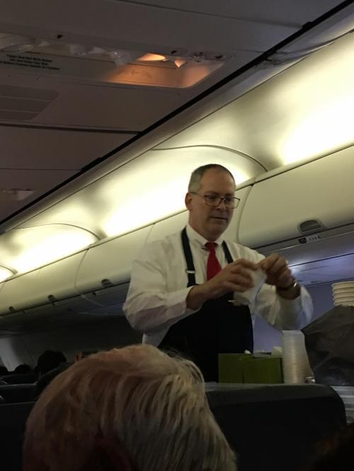 この飛行機には男の方が何人か乗っていました <br />とっても笑顔の素敵なおじさまでした