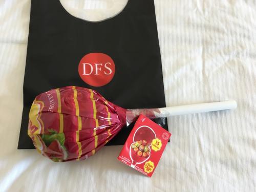 これは意外と大きくて ・・・チュッパチャップス<br />のあちゃんのお誕生日のプレゼント  この形はDFSにしかないみたいです<br />15本入りで18㌦でした