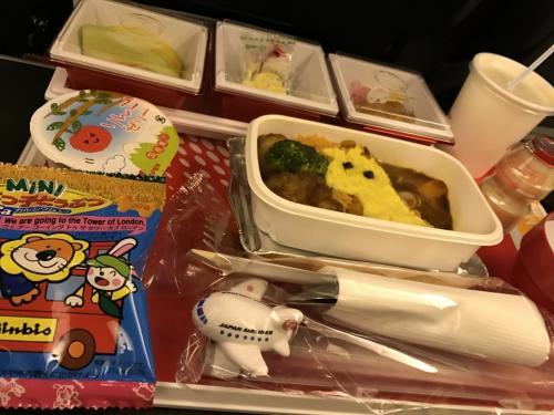 お子様用機内食<br />お箸が飛行機になってて息子さんのお気に入り
