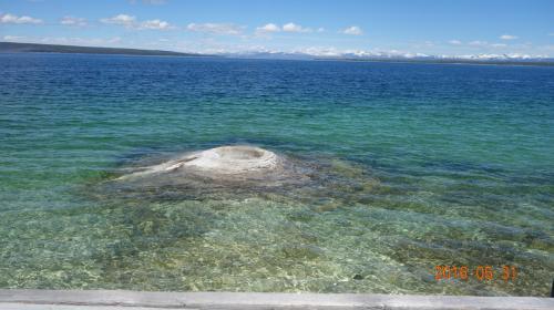 <br /> 湖の至る所に温泉が湧いている
