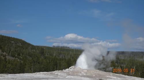 <br /> 小刻みに吹き上がるが、今か今かと待つ、およその大噴火予定時刻は電光掲示板で表示されている