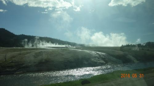 <br /> 園内至る所から水蒸気が上がり、温泉が出ている