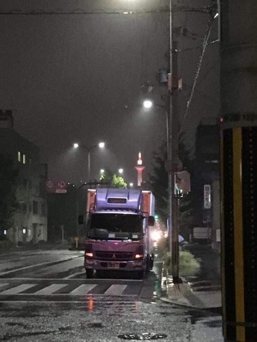 銭湯後コンビニ行くのに横断歩道歩いていたら、遠くに京都タワー