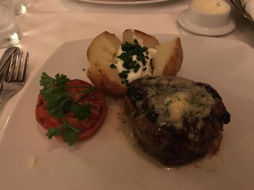 船に戻ったらまたまた恒例のサウナへ。<br /><br />その後、有料レストランの1つのステーキハウスへ。<br />お肉、美味しかった~!