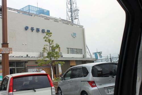 (14:00)<br />京屋旅館に来てくれたジャンボタクシー。<br />その窓から伊予西条駅が見えます。<br />只今、14時です。旅館を出たのが13時25分過ぎで、30分余りで伊予西条駅に来る事が出来ました。<br />乗車する列車は14時30分発です。<br />出発まで少し、時間が有ります。