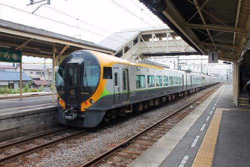 (14:21)<br />プラットホームに入ったら、特急しおかぜ11号 。松山行きでが入線して来て、発って行きました。<br />14時17分の出発となっていますので、数分遅れています。<br /><br />