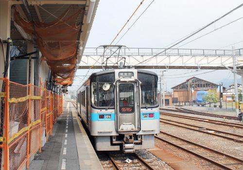 (14:26)<br />3番ホームで出発を待っている観音寺行きの普通列車です。<br />1両だけの列車です。<br />この列車。検索してみますと松山駅から来て観音寺駅まで向かいます。<br />私達が3番ホームに行くと既に入線していました。<br />時刻表では14時06分に着いて14時30分に出発となっています。<br />長距離を走る普通列車。アチコチで特急列車をやり過ごします。<br /><br />そして、14時30分。<br />定刻に発車しました。<br />