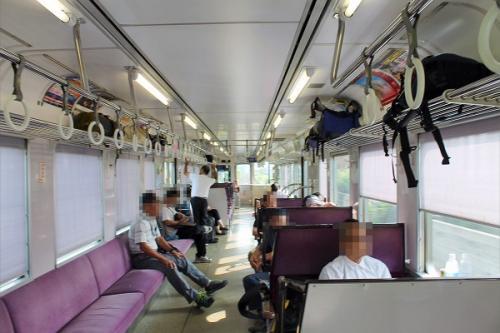 (15:31)<br />1両だけの列車。<br />半分がロングシートで、半分がボックスシートとなっています。<br />この形が車両の真ん中で逆の形となります。<br />それにしても、車内は空いています。<br />こんな状態なのだから、1両単機で運行するのでしょう。<br />