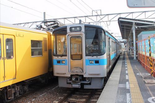 (16:09)<br />多度津駅の2番ホームです。<br />観音寺駅から乗ってきた高松行きの列車です。<br />この列車、16時5分に着き、16時12分に出発します。<br />時間が有りましたので、列車の外へ出てみました。<br /><br />