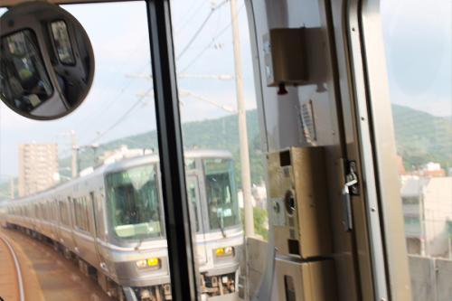 (16:26)<br />列車の車窓から。<br />もう直ぐ坂出駅に着く時間です。<br />反対方向から坂出駅を16時24分に出た、マリンライナー46号が来ました。<br />シャッターを押すのが遅かった。と言うよりもタイムラグです。<br /><br />