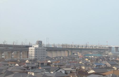 列車の車窓から。<br />列車が瀬戸大橋に向かって行きます。<br />瀬戸大橋は上が道路。下が鉄道の吊り橋です。<br />先に瀬戸大橋の巨大な橋脚が見えます。<br /><br />
