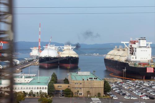 列車の車窓から。<br />LNGタンカーが係留して有ります。<br />船体の喫水線が上がっていますので、空の船だという事がわかります。<br />ブリッジの形が似て居ますので、この3隻。姉妹船ではないだろうか、同じ設計図で建造された船ではないかと思えます。<br />