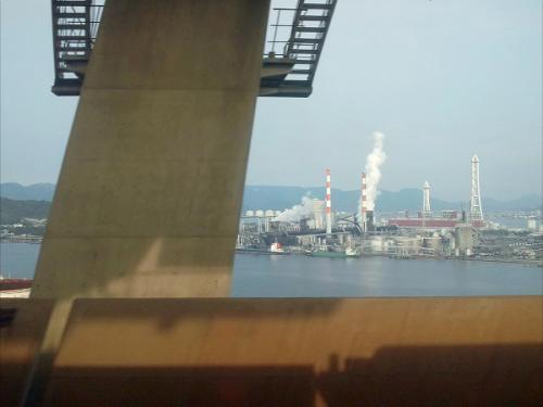 (17:00)<br />列車の車窓から。<br />列車は瀬戸大橋に差し掛かりました。<br />高い煙突が見えます。アレは四国電力の坂出火力発電所です。<br /><br />