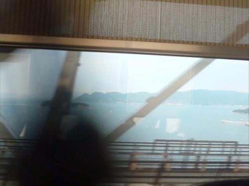 列車の車窓から。<br />瀬戸大橋を渡っていて、この様子をカミさんに見せたいと思い、携帯で撮りましたが、上手く撮れませんでした。こんな画像でしたが、メールで送信しました。<br /><br />私は通路側の席。窓際の席にはご婦人が座っていました。私が携帯で撮影したので、席を替わりましょうかと言って貰えました。<br />これが、キッカケでご婦人と色々と話が出来ました。私は岐阜県から来て石鎚山に登った帰りだと申しました。そうしたら、<br />ご婦人は西国三十三の参拝で谷汲山の華厳寺に来たそうでした。その時、参道の桜が綺麗だったと話しました。短い桜の時期に華厳寺に来て満開の桜を見れたのはラッキーだったのですよと話しました。<br />ご婦人は、今は岡山に住んでいるが、実家は西条市だと話しましたので、西条は名水の街ですねと話しました。<br />旅の途中。隣の席のご婦人との出合い。<br />そして、色々とお話しできました。<br />一期一会の事です。