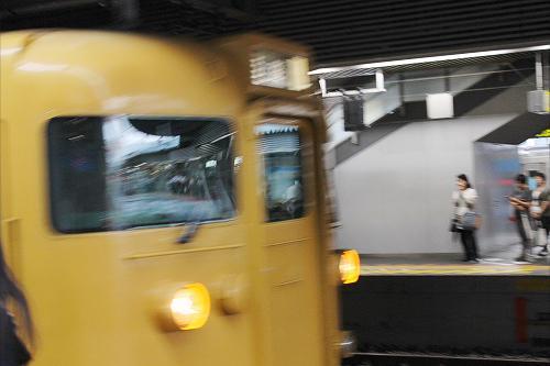 (17:58)<br />岡山駅の4番線ホームです。<br />18時00分発の姫路行き、普通列車が入線してきました。<br />岡山駅が始発だと思い込んでいましたが、違っていました。恐らく福山駅が始発なのでしょう。<br />通勤通学時間帯で沢山の乗客が居ました。<br />この列車の前には播州赤穂行きが出て行きました。その後に姫路行きが入ってきたのです。<br />整列乗車の列に、早くから並ぶべきだったと思いました。<br /><br />岡山駅を出た列車は満員でした。<br />それでも、東岡山駅で座る事が出来ました。<br />そして、瀬戸駅では窓際の席に座れました。それで、缶ビールのプルトップを引っ張りました。<br />