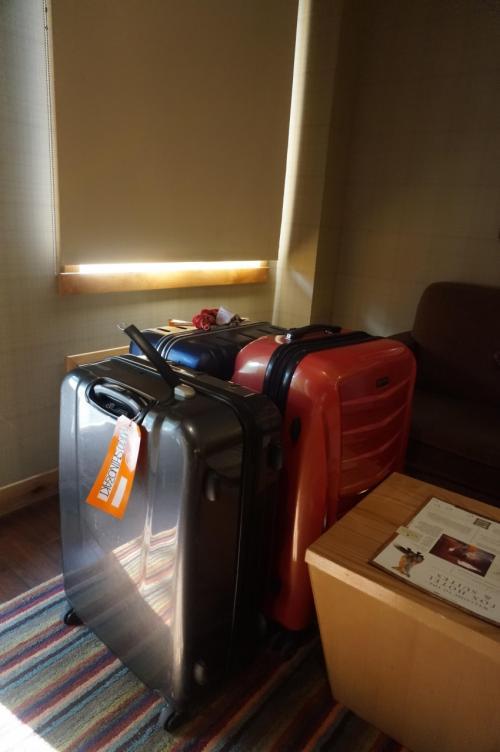 昨晩、ディナーの後、部屋に戻ってから荷物と格闘をした私(謎)<br />3つのトランクに均等に…<br />このホテルの部屋2フロアーになっていたおかげで、旦那さんの睡眠を邪魔せずに荷物が作れました。<br />でも、とても重さが気になったので朝方フロントへお煎餅の付け届けを持って『トランクの重さが心配なので秤を借りられませんか?』と言いに行きました(笑)<br />私は、ナイアガラのガイドさんが持っていたようなスケールをイメージしたのですが、フロント奥から持ってきたのはヘルスメーター。<br />それも「持ち出すことは出来ないから、ここにトランクを持って来て測れ』というようなことを言われました。