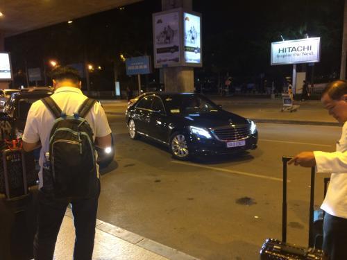 ホーチミンの空港到着は23時ごろですが、到着口は活気にあふれています。<br />今回はホテルのリムジンサービスをお願いしました。