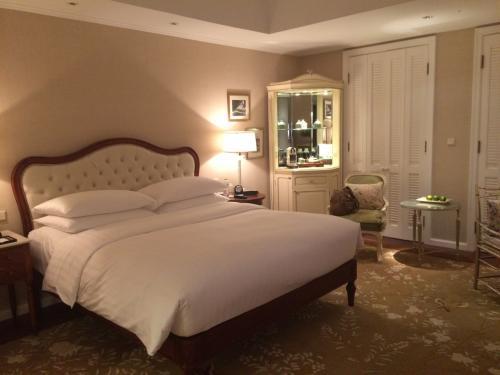 ホテルはPark Hyatt Saigon<br />お部屋はプールサイドに面しているので、直接出られます