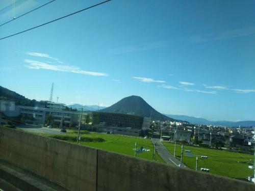 瀬戸大橋を渡ると、讃岐富士と呼ばれる飯野山の姿も見えてきました。