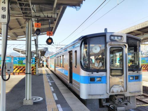 予讃線のローカル列車で多度津に移動します。