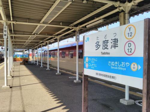 多度津では、東京からやってきた寝台特急列車「サンライズ瀬戸」に道を譲ります。