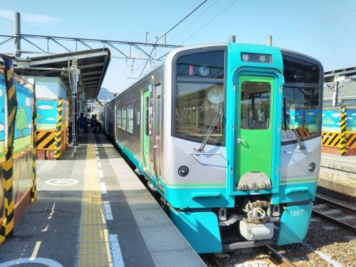 土讃線のローカル列車に乗り継ぎます。