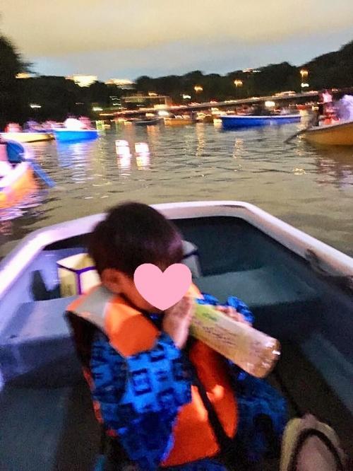 3歳児用のライフジャケットもあります。<br />ペットボトルのお茶は乗船者分を主催者側からプレゼントされました。<br />怖がっていません。