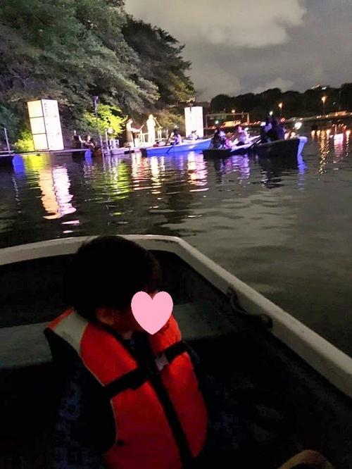 乗船場からお濠を挟んだ向かいに舞台がしつらえてあり、その上で尺八の生演奏をしてくださいました。舞台に向かってボートを漕ぐ人が多く、結構ボート同士がぶつかっています。