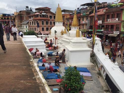 五体投地をする人々。<br />昔来たときは、ボダナートの周りを五体投地で進む人もいました。<br />この力強い祈り方がチベット人の不遇と思いの強さを物語っている気がします。