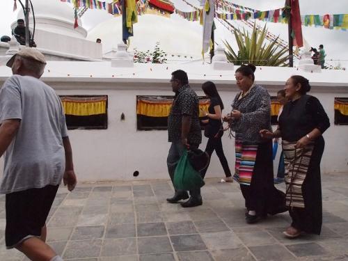 チベットの民族衣装を着て巡礼するお母さんたち。<br />若い人はもう全然着なくなりました。<br />いつまでこの服が見られるかな。