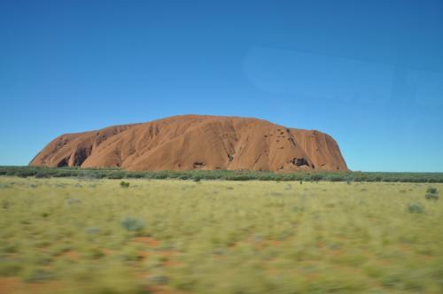 広大な赤い砂漠の中央に鎮座する、高さ348m、周囲9.4kmの<br /><br />世界最大の一枚岩。この岩は「ウルル」と呼ばれるアボリジニの<br /><br />重要な聖地でもある。<br /><br />
