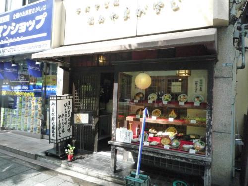藤井君が昼食で出前を取る「やまがや蕎麦店」にも行ってみた。<br />将棋会館の向かい側。