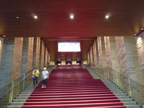 フェティバルホール正面入り口の大階段。<br />