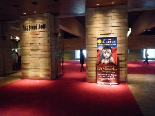 フェスティバルホール入口。<br />薄暗くてコンサートホールらしい雰囲気が伝わる。<br />