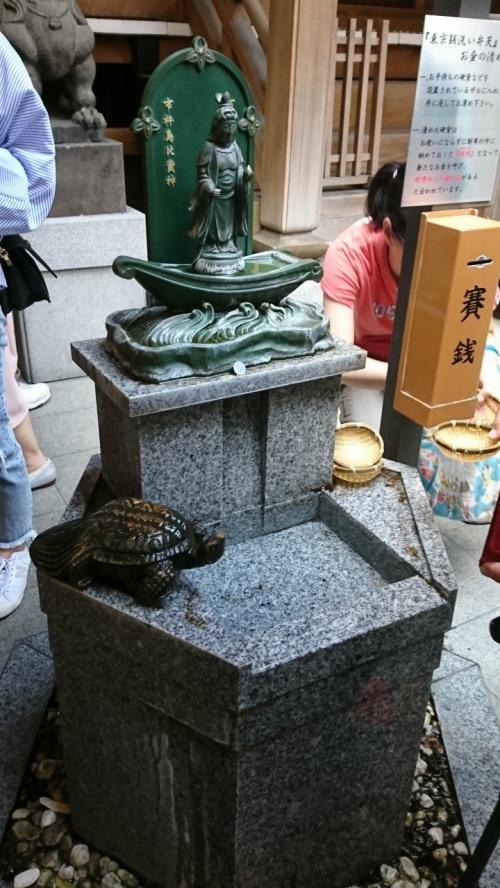 「銭洗いの井」で金銭などを清め、財布などに収めておくと財運を授かることから、現在は「東京銭洗い弁天」とも呼ばれ、崇敬を広げています。