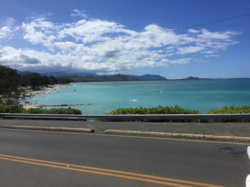 カイルアタウンから乗り継いで、ラニカイビーチへ行く途中です(*^^)v<br /><br />やっぱりキレイだよねぇ…
