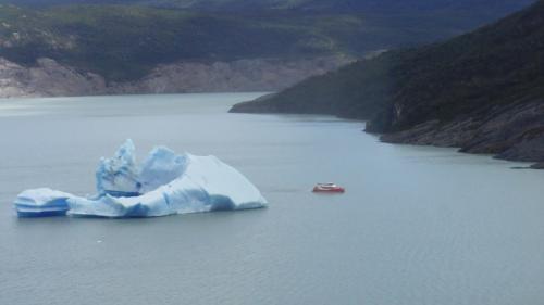 氷山 でかすぎ 遊覧船が小さく見える!