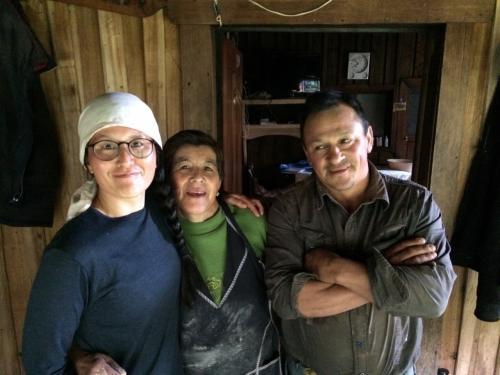 LAGO CORMAZ VIDALのキャンプ場のおっちゃんとおばちゃん<br />日本人が来たのは初めてだとか<br />手作りパンやチーズを買える。<br />豚、ニワトリなど放し飼いになっています。