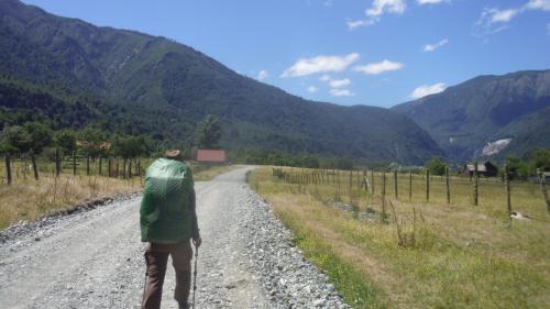 ひとまずあの山の麓を目指す。まともな地図がなかったけれど、同じバスで降り立ったドイツ在住のチリ人のトレッカーがGPSを持っていたのでなんとかトレイルを見つけることができた。