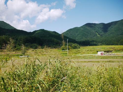 〔大内宿〕<br />次に宿場町を目指しました。<br />そこは、こんな風景に囲まれていました。