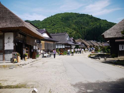 〔大内宿〕<br />結構、観光地化されていて、<br />観光客も多かったです。