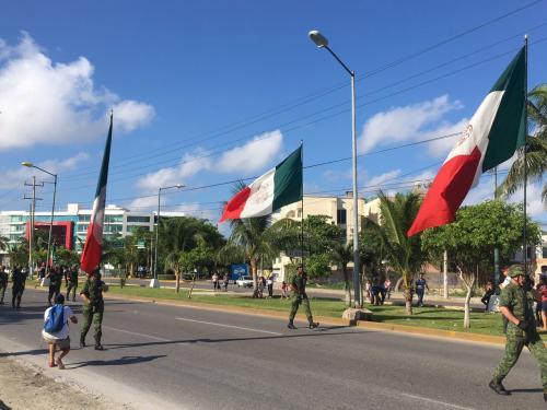 9月16日は独立記念日でした。カンクンのセントロのメイン通りでもパレードがありました。<br /><br />元はスペインに植民地化され、その後は、アメリカにまで侵略され、国土が3分の1に減り、民主革命を経た複雑な歴史を持つメキシコを知ることは単なる教科書に書いてあること以上の「何か」を感じ取ることが出来ると思います。<br /><br />この場所でメキシコを肌に感じてみること。<br /><br />それが旅の醍醐味であり大切なことだと改めて感じたひと時でした。、