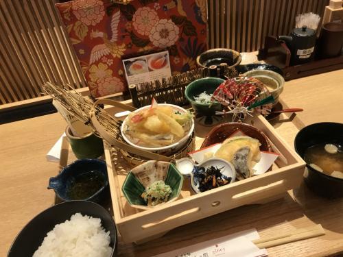 フライト前の食事!<br />昨年までは、ラーメン or うどんでしたが、今回は新しく出来たお店(gihey)で天ぷら御膳。<br />御飯をおかわりすると、お焦げが付いて来ます。