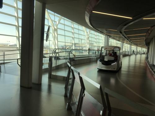 大きくなったカルガリー空港内には、移動用のカートが専用レーンを走っています。