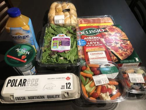 オーブンが有りますので、日本にはあまりない巨大冷凍ピザ、サラダ用のカット野菜、卵(12個入り)、ヨーグルト、オレンジジュース、パンとベーコンを購入しました。<br />ベーコンはお気に入りの為、毎回購入しています。