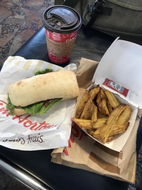 カナダ初食事は、Tim HortonsでBTLサンド<br />ポテトがデカイ!